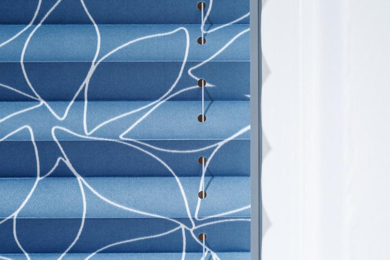 Blöcker Cosiflor Plissee blau Esszimmer