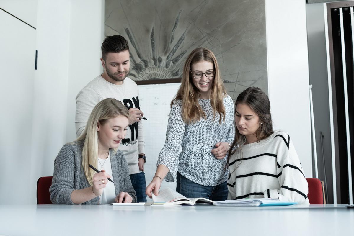 Lernen Auszubildende Gespräch Kauffrau im Großhandel Ausbildung Ausbilder